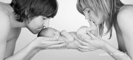 Madre y padre con su bebé