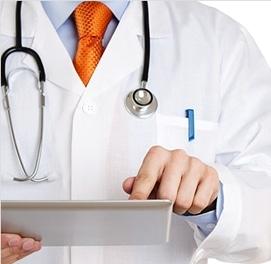 Médico consultando datos en su tableta