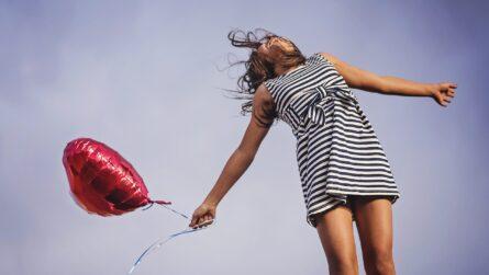 Niña con globo rojo