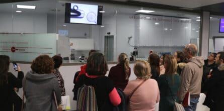 Sala con asistentes en encuentro endometriosis Huelva Ginemed