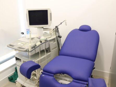 Sala de exploración clínica de reproducción asistida Ginemed Dos hermanas Sevilla